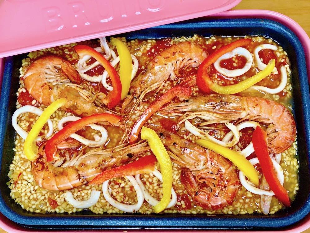 エビとイカ、ワタと種を取って5㎜幅に切ったパプリカを載せ、蓋をして低めの中温で15分程炊きます