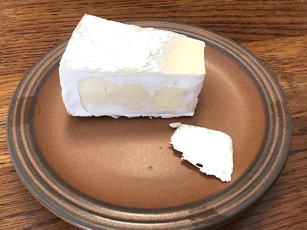 ブリーチーズの白カビ部分をこのフレッシュチーズに移植することにした