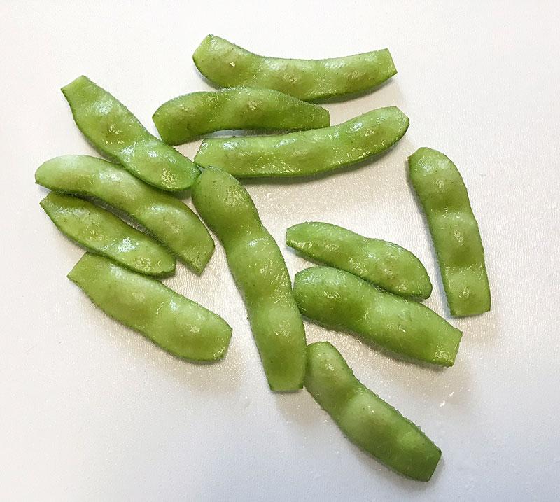 枝豆をもみ洗いしてザルにあげ、面倒でなければ両端をハサミで切る