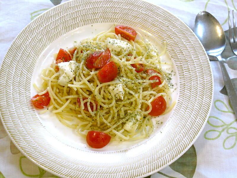 トマトとモッツアレラチーズの冷製パスタ