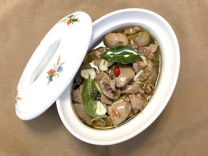 オリーブオイルとサラダ油の混合油をレバーが浸るまで注ぎ、冷蔵庫で2~3日味をなじませたら出来上がり