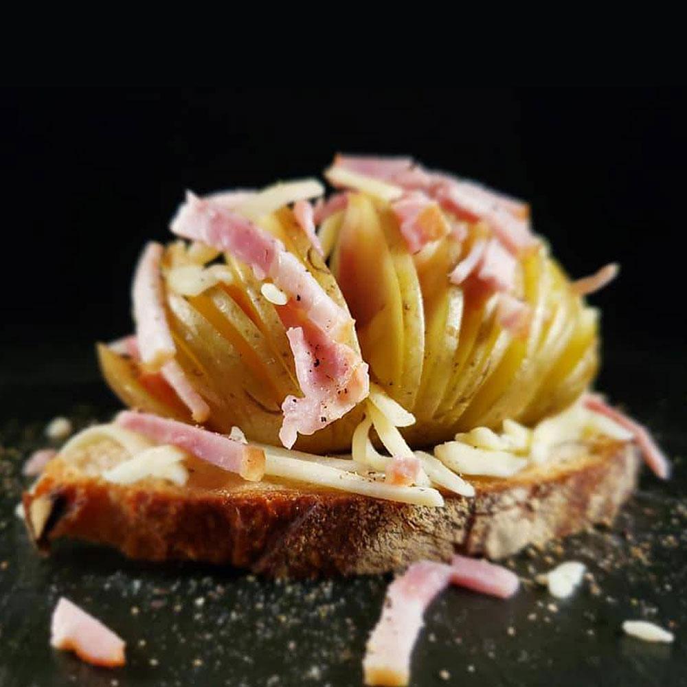 じゃがいも×ベーコン×チーズ!ハッセルバックポテトのっけトースト(バゲット)