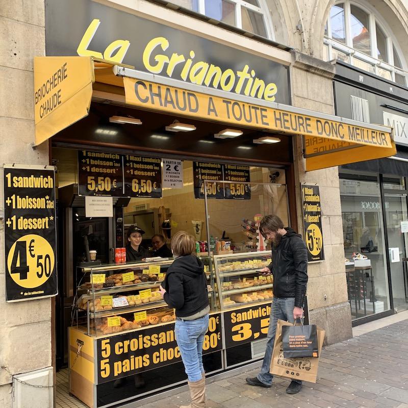 La Grianotine 黄色と黒で一番目立っていたお店