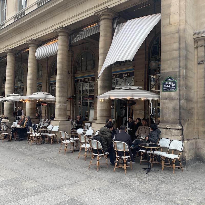 Le Nemours 5℃の気温でも朝ごはんをテラスで楽しむ人々