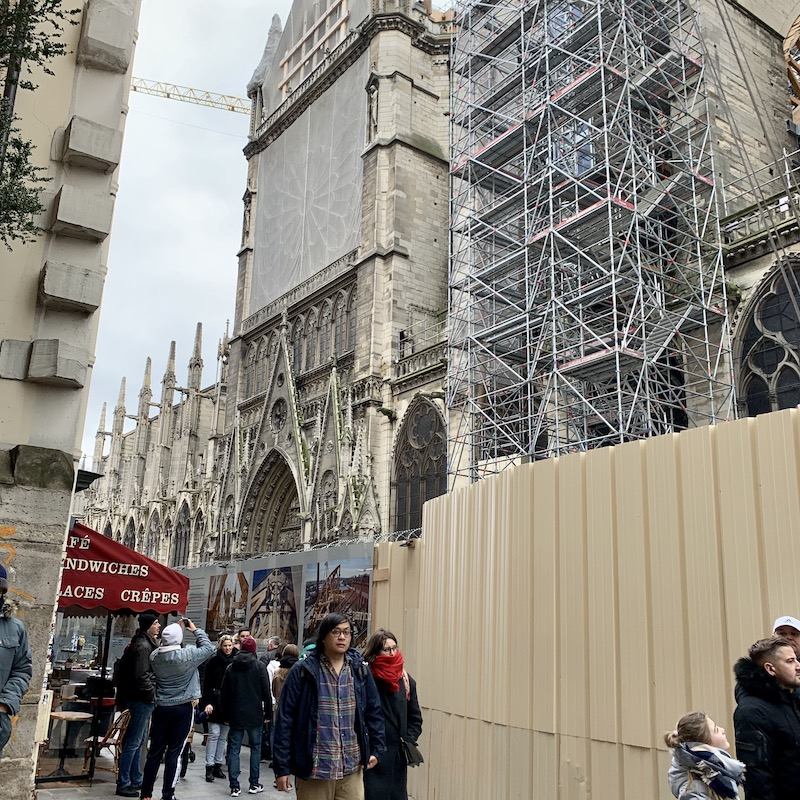 急ピッチで復旧中のノートルダム大聖堂