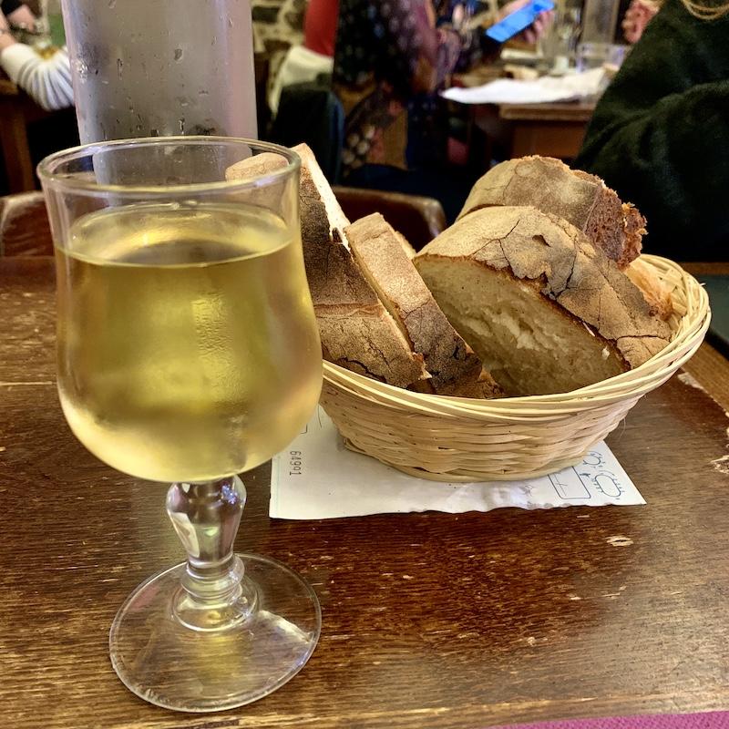 樽感強めな白ワインと香ばしいパン
