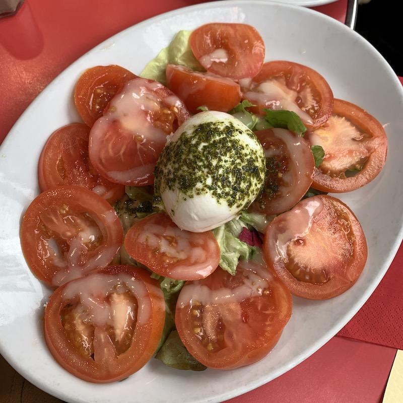 トマトとチーズのバランスが謎・カプレーゼ