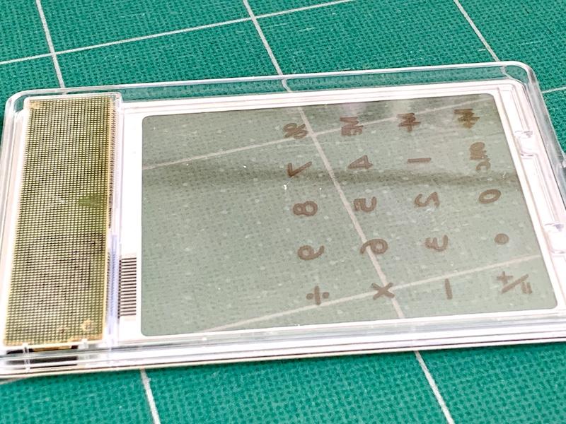 ダイソーのスケルトン電卓:文字盤裏部分もツルっと平ら
