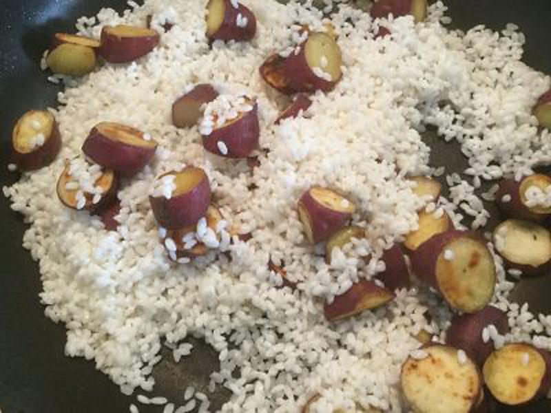 芋と米を軽く炒める