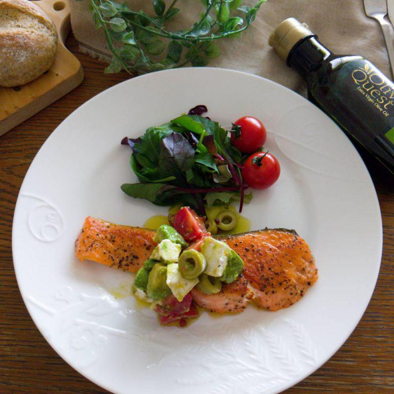 オリーブオイル漬けにしたカマンベールチーズと鮭のムニエル