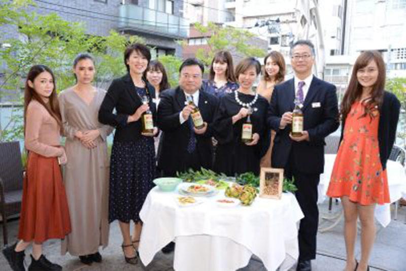 前列左3番目から、日清オイリオグループの大貫氏、鈴木氏、ゲストのパンツェッタ貴久子氏、森川氏