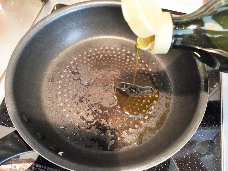フライパンに残りのオリーブオイルを加える