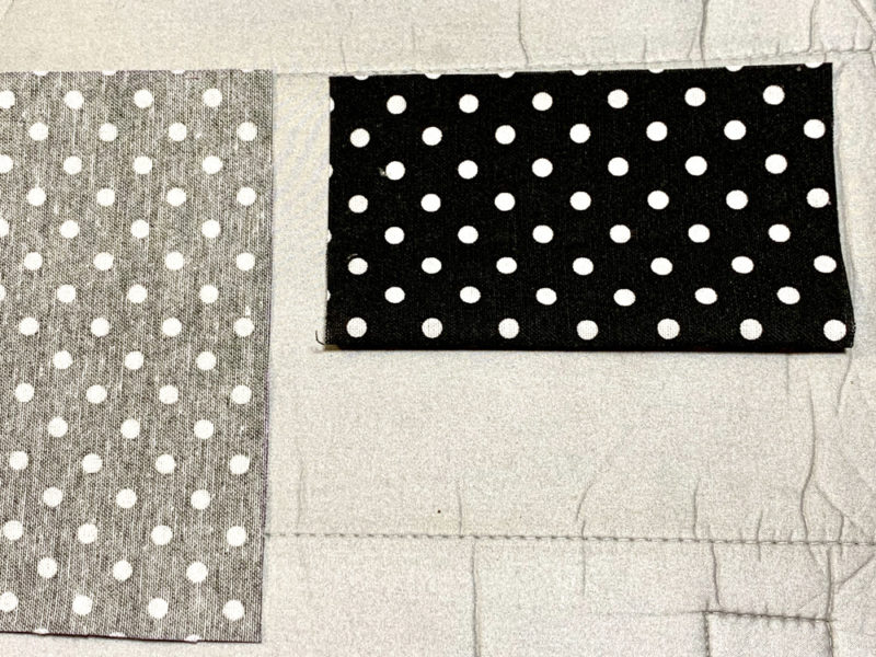 カットした布を半分に折り、手で押さえて軽く折り線を付けます
