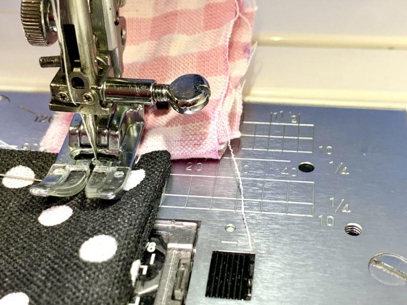 はぎれなどを折りたたんで厚みを持たせたものを押さえの後方に挟みます。押さえが平行になり、布が送れるようになります