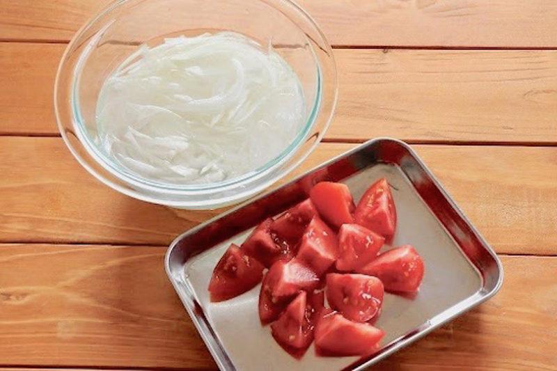 新玉ねぎは薄切りにしてさっと水にさらし、トマトは乱切りにして、青じそは千切りにします
