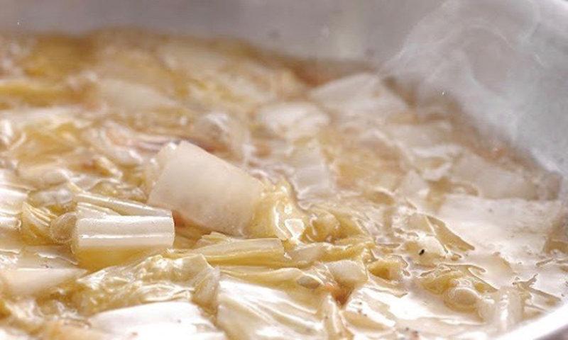 フライパンの白菜がしんなりしたらフタを取りワインを入れます
