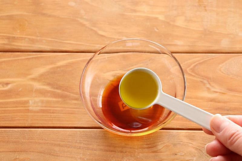 ボウルにマリネ液の材料(醤油、砂糖、レモン果汁、塩、エクストラヴァージンオリーブオイル)を入れてよく混ぜ合わせます