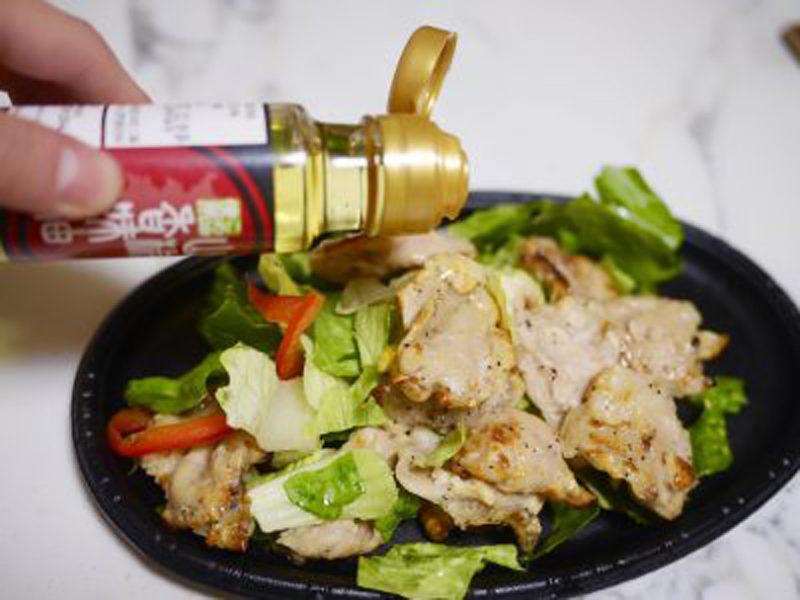 グリーンサラダに鶏ハラミを乗せ、山椒香味油をまわしかけたら完成