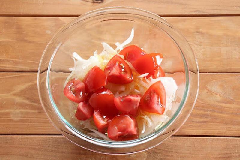 新玉ねぎの水気をよく切ってボウルに入れて、トマト、マリネ液を加えて均一にさっと混ぜ合わせる