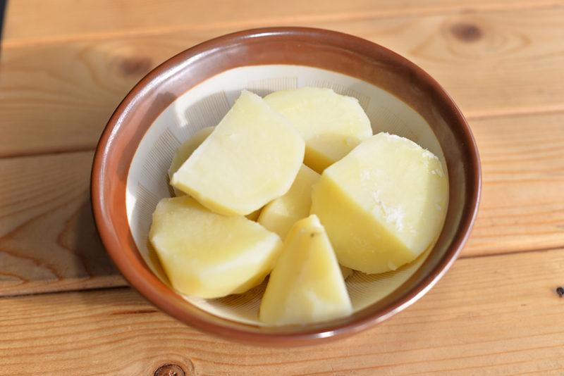 茹でたじゃがいもは、お湯を切り、もちもちにするために5分ほど置きます