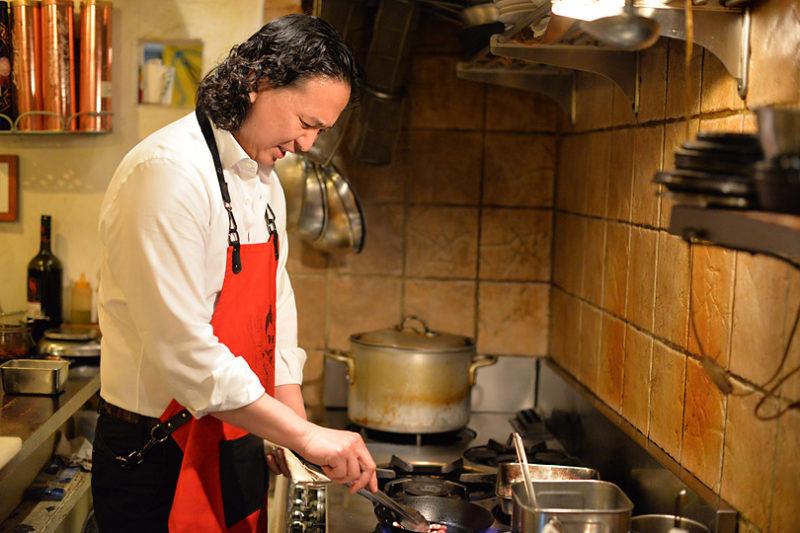 アスパラを焼ながら、パンチェッタのフワフワなスクランブルエッグを作ります