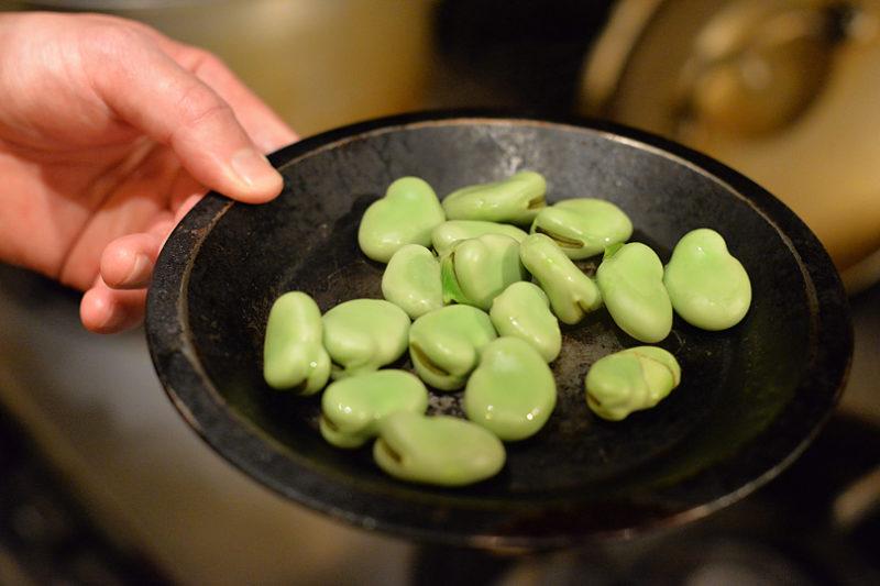 そら豆を鞘から外し、1分間短めに茹でます