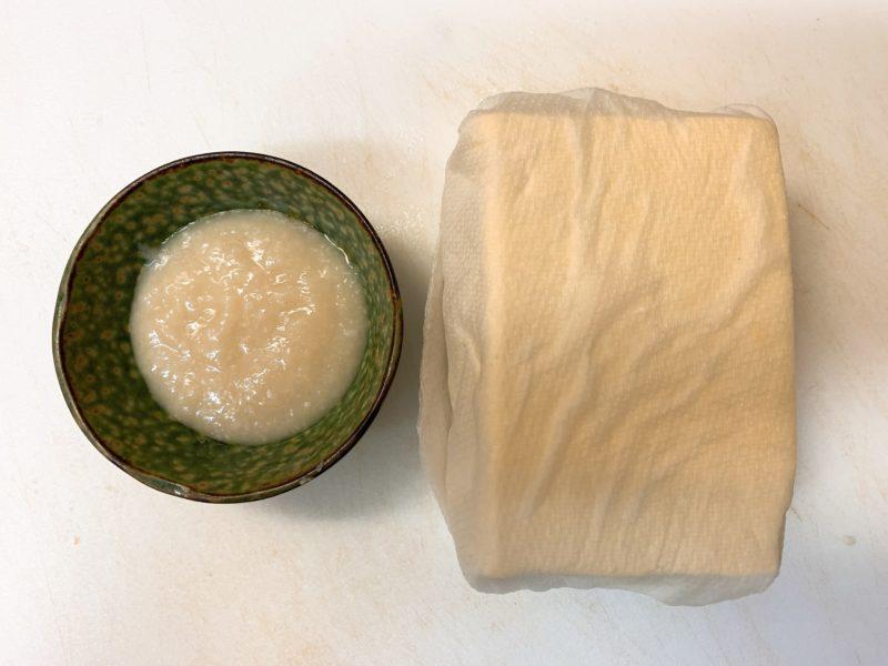 豆腐は水切りをする。キッチンペーパーに包んで電子レンジで2〜3分加熱する