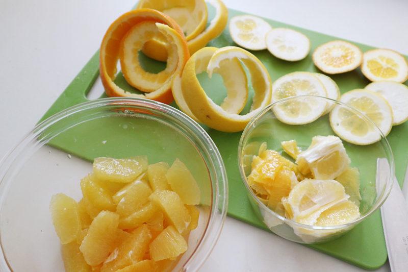 実を外し終えたあとの柑橘のわたの部分、むいた外皮に残った実の部分を絞って果汁を取る