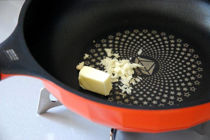 フライパンにバターとニンニクを入れ弱火にかけます
