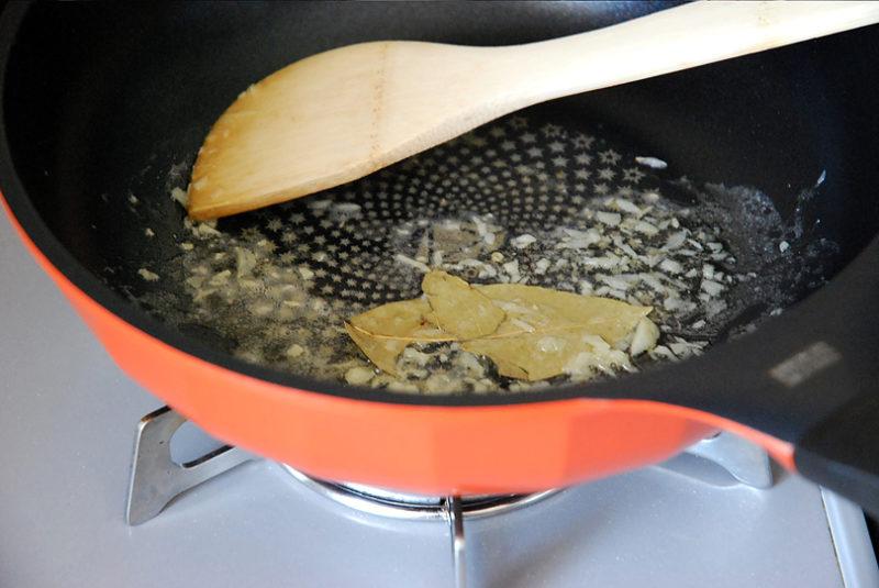 バターが溶けてニンニクの香りが薫ってきたら、ローリエ1枚を入れます