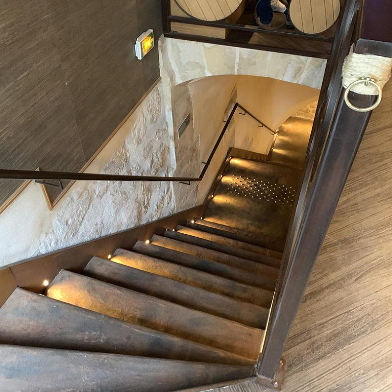 薄暗い階段の下にはワイナリーが広がっている