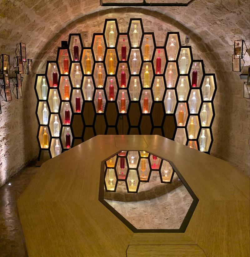壁に並ぶのはカラフルなワインボトル