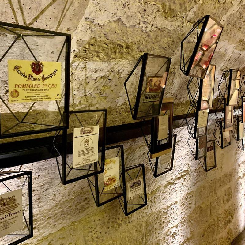 フランスで有名なワインのエチケットが並ぶ