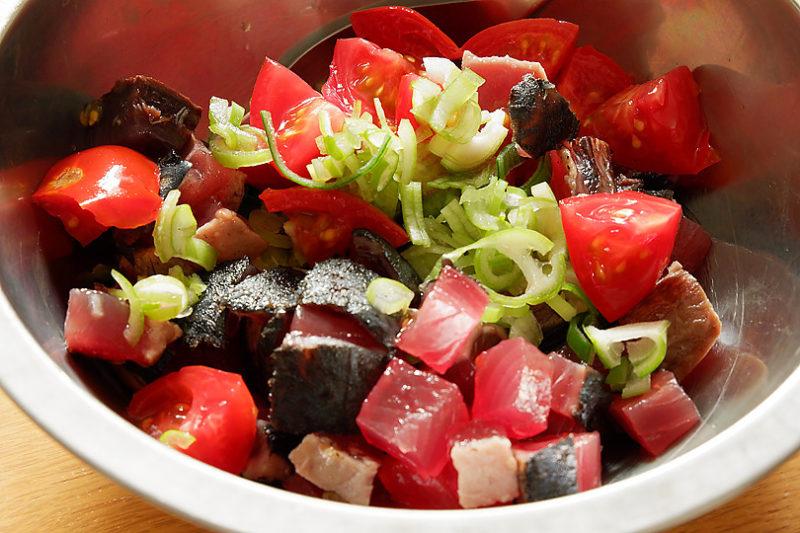 かつお・ミニトマトは小さめの角切りにする。長葱はみじん切りに、大葉は千切りにする