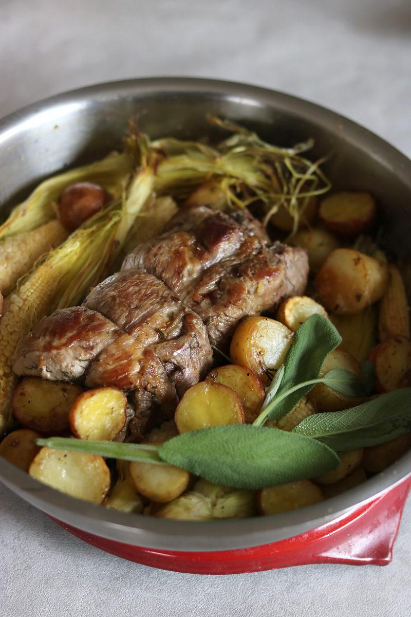焼いた肉はアルミを被せて20〜30分ほど温かい場所(オーブン上など)におき、落ち着かせてから食べやすい大きさにカットする