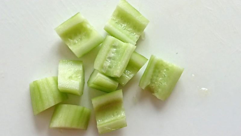 胡瓜はピーラーで皮を剥きスプーンで種を取ってざく切りにする