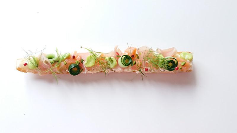 バゲットに2のソースを塗り、生ハム、サーモン、空豆、ディル、あればエディブルフラワーを飾る
