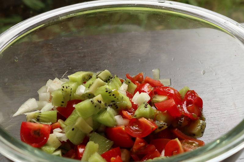 プチトマト、キウイ、きゅうりと玉ねぎを粗みじん切りにする