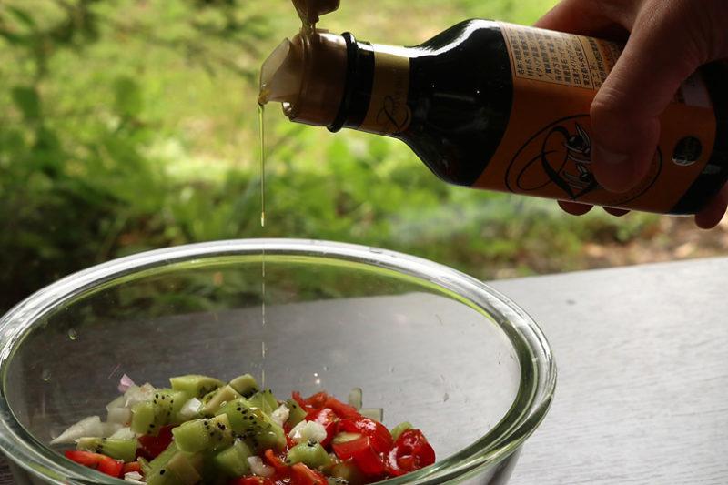 切った野菜とフルーツを軽く混ぜ、オリーブオイル、塩と胡椒を加えて和える