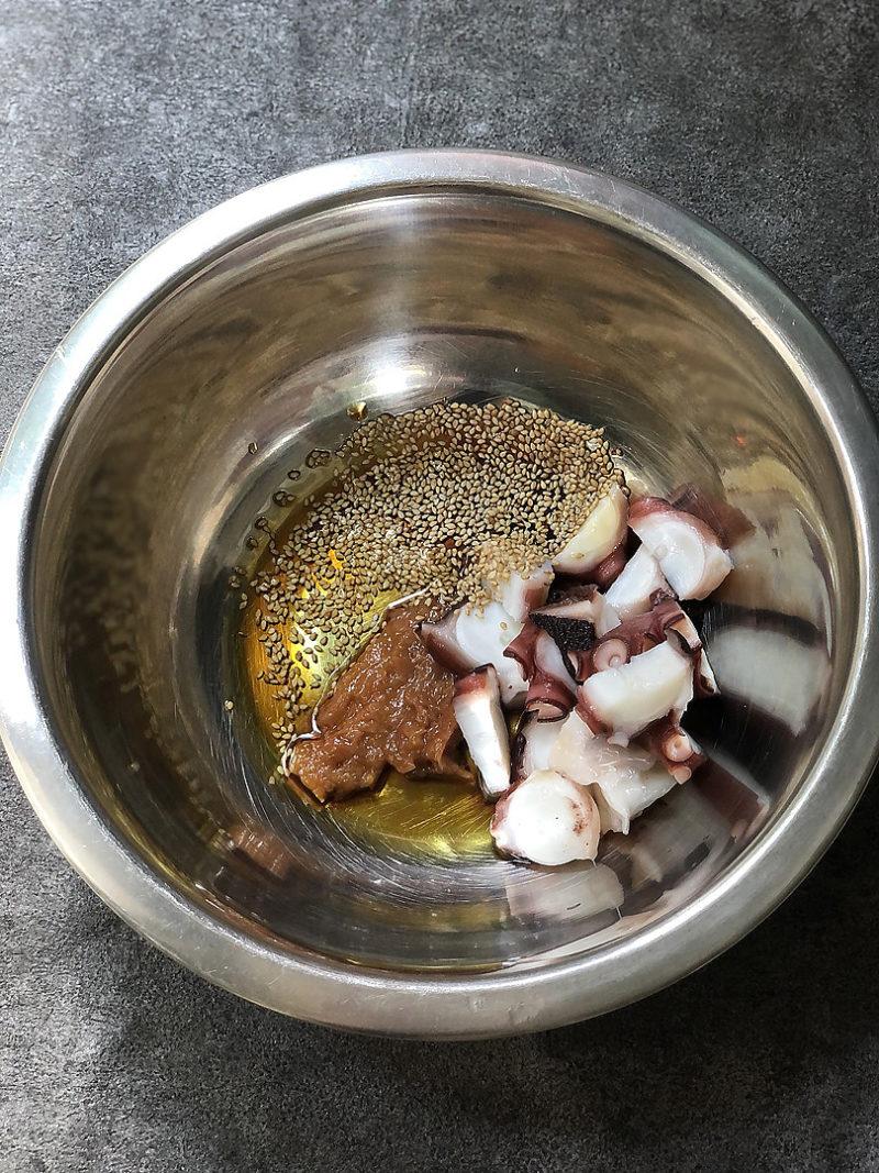 タコはぶつ切り、梅は種をとって包丁でよく叩く。ボウルにAと1を入れて混ぜ合わせておく。