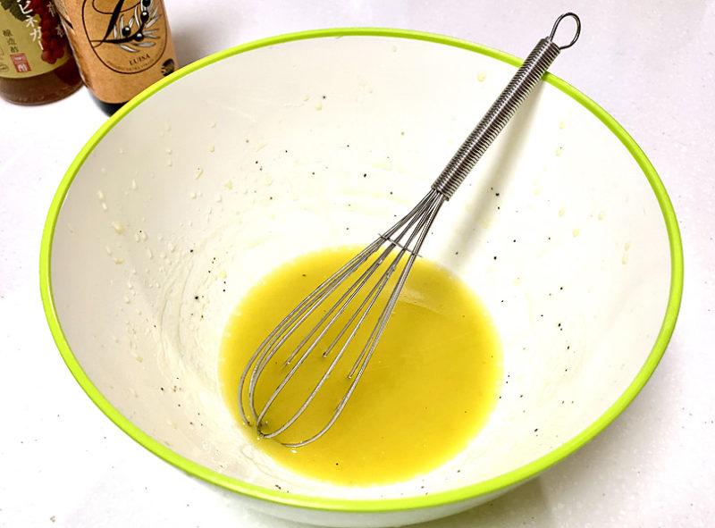 エキストラバージンオリーブオイルとワインビネガー(または酢)、レモン汁、塩、こしょうを合わせ、ドレッシングを作る