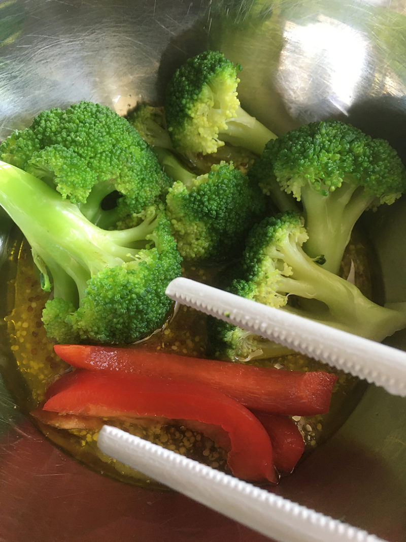 茹でたブロッコリーと、食べやすいサイズに切ったパプリカ、生ハムをドレッシングにあえます
