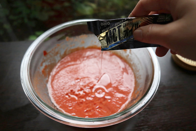 MCTオイルを5に入れ、オイルが乳化するまで2~3分しっかりと攪拌する