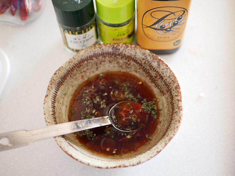 冷やし中華のタレに、オリーブオイル、ニンニク、鷹の爪、ブラックペッパー、オレガノ、パセリをふりかけてまぜる