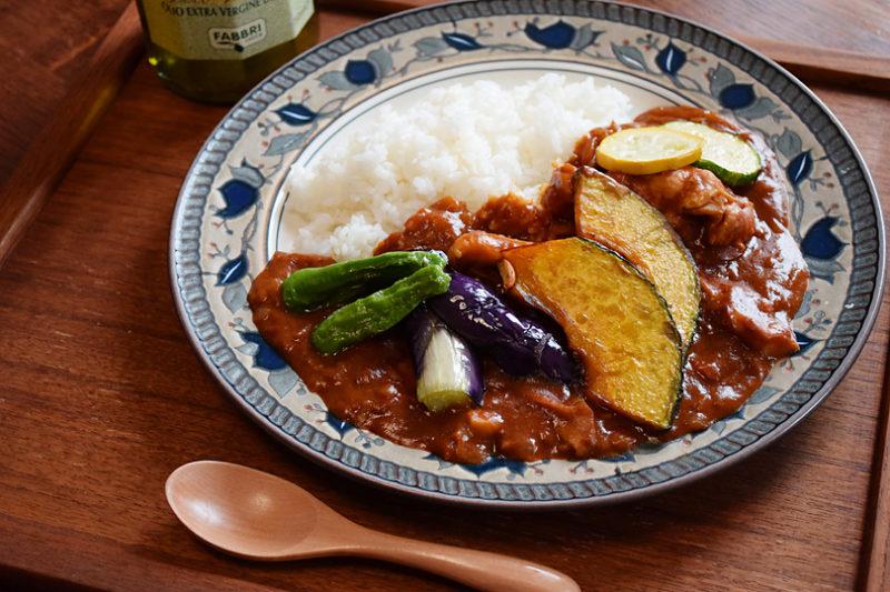 オリーブオイルで揚げる夏野菜の素揚げとトマトのカレー