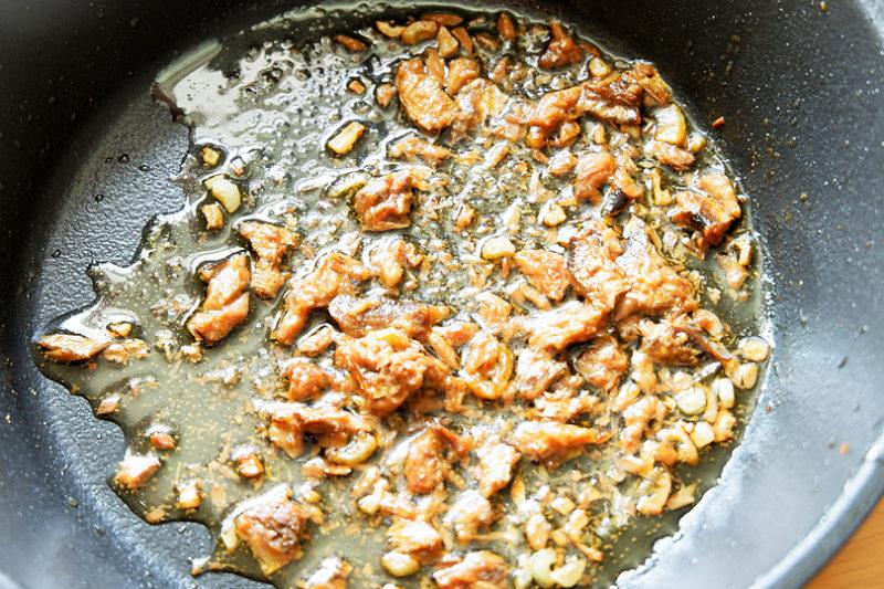 にんにくの香りが立つまで炒めたらアンチョビを入れ軽く炒め、火を止める