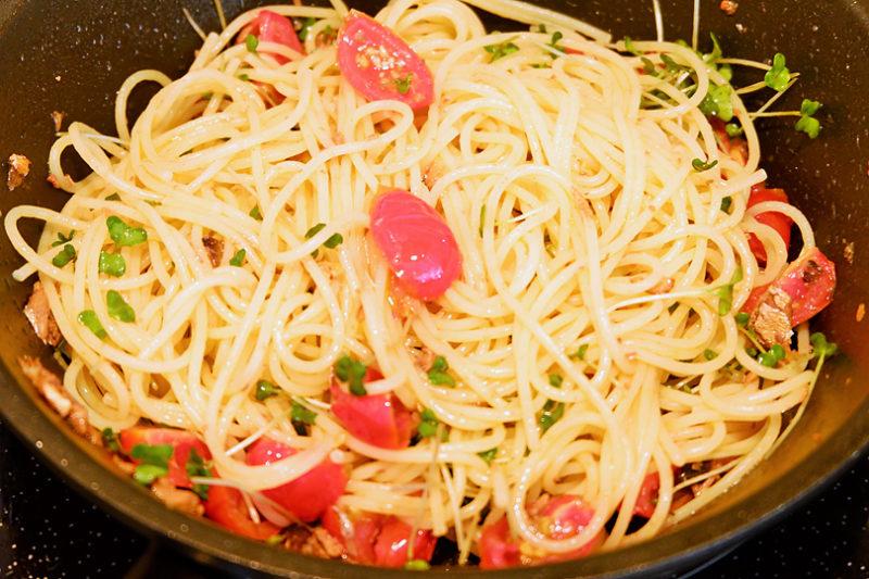 セミドライトマト・ブロッコリースプラウトを加え炒め、塩で味を調えたら完成