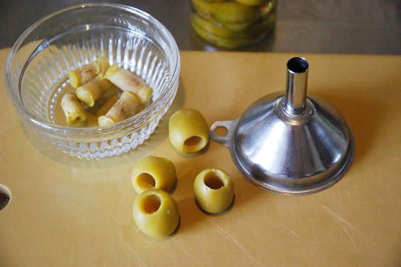 オリーブの実の種を取る