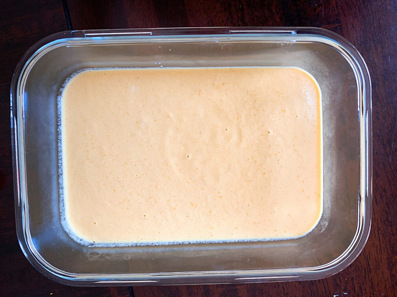 出来上がったクリームを容器に移し荒熱をとってから、冷凍庫に入れる