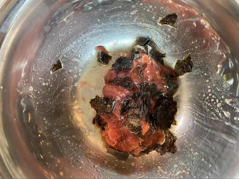 海苔を小さめにちぎっていれてオリーブオイルをかけて混ぜます